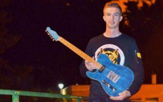 Dvadesetšestogodišnji Ajdin Kurić iz Jajca ručno izrađuje gitare