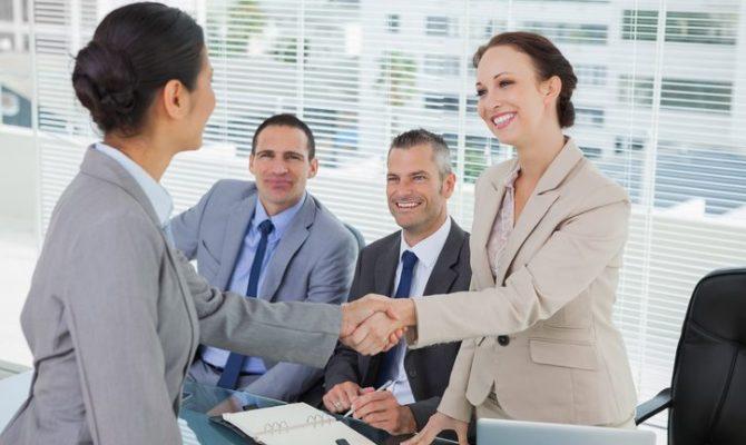 zaposlenici koji se druže na poslu kratki primjeri internetskih profila